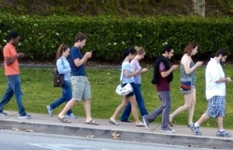 walking-with-cell-phones